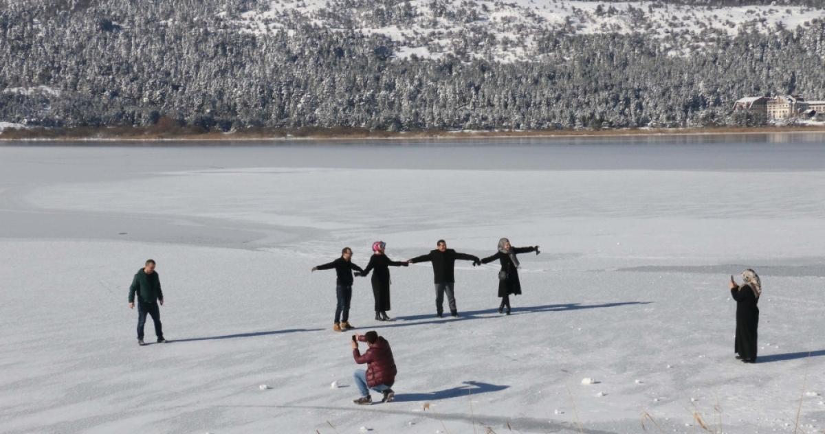 Göl Üzerinde Tehlikeli Yürüyüş - SANAL BASIN: http://www.sanalbasin.com/gol-uzerinde-tehlikeli-yuruyus-16796373